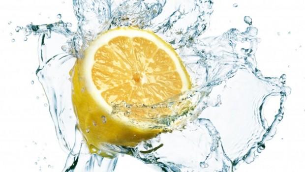Νερό με λεμόνι: Πιείτε ένα ποτήρι κάθε πρωί