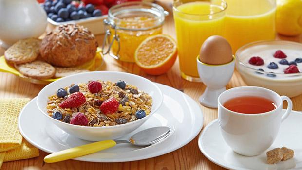 5 λύσεις για υγιεινό πρωινό όταν βιάζεσαι
