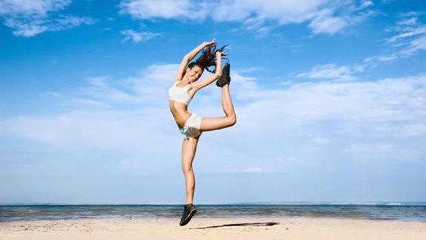 Κρατήσου σε φόρμα με δραστηριότητες στην παραλία