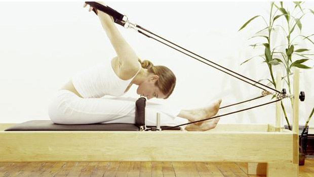 Pilates: Να επιλέξω στρώμα ή μηχάνημα;