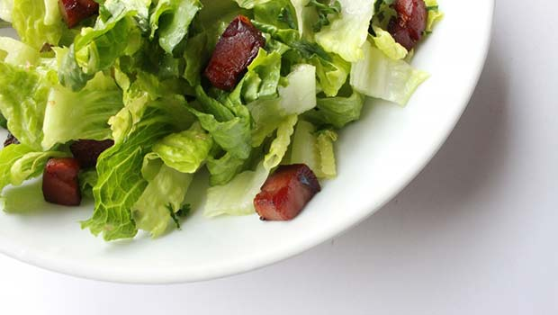 Πράσινη σαλάτα με τσιπς από speck