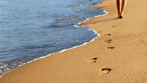 Περπάτημα στην άμμο για τόνωση των μυών